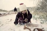 bawiące się zimą dziecko